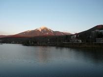 初冬夕暮れの白樺湖と蓼科山