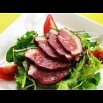 【鴨肉のカルパッチョ】野菜のみずみずしさとソースのバジルが鴨肉の味を際立たせます。