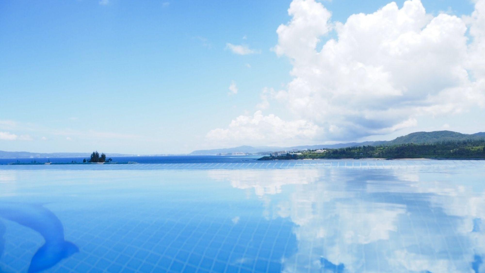 プールに映る、空。