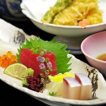 【お造り定食】季節の旬のお魚を料理長が自信を持っておすすめ。