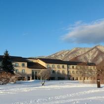 本館外観南側より雪景色