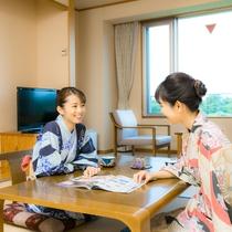 和室:テーブルでのおしゃべり