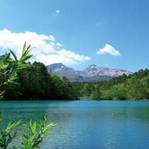 五色沼から望む磐梯山