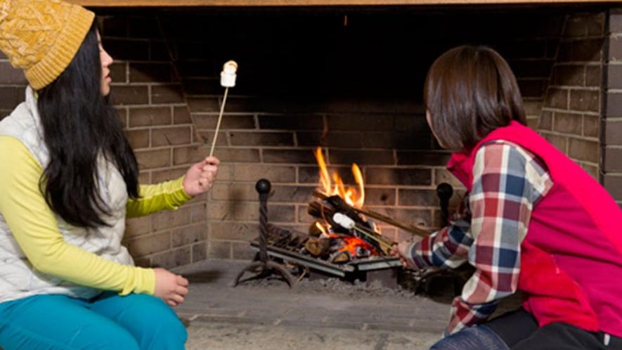 冬はロビーの暖炉で焼きマシュマロのサービスがあります。