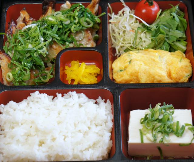 ぶっかけ餃子弁当 880円