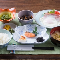 元気のもと♪美味しい朝ごはん☆魚とお煮しめ、ベーコンエッグ、小鉢物、お味噌汁、漬物の盛合わせです。
