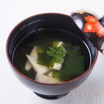 若竹のお吸い物~朝堀りのたけのこの食感と香りをおたのしみください~