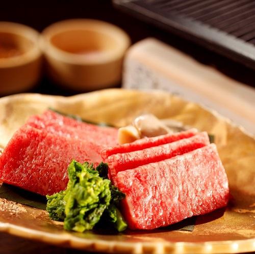 【夕食】飛騨の郷土料理「朴葉味噌」と飛騨牛(イメージ)
