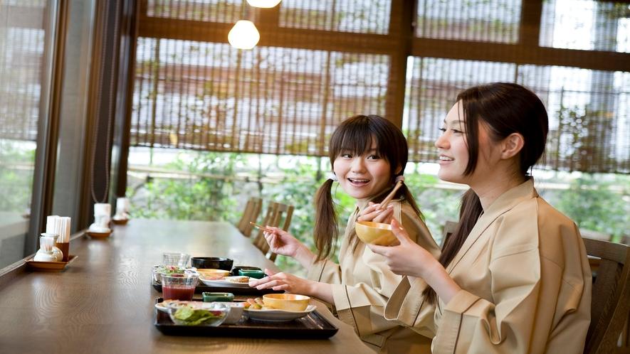 【レストラン】朝日が差し込むカウンター席(イメージ)
