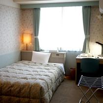 【シングル一例】ベッドはセミダブルサイズ★ゆったりと快適にお過ごしいただけます。