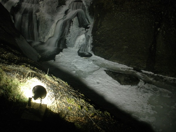 ライトアップされる氷結の滝川