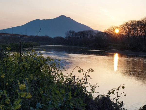 朝日に映る筑波山
