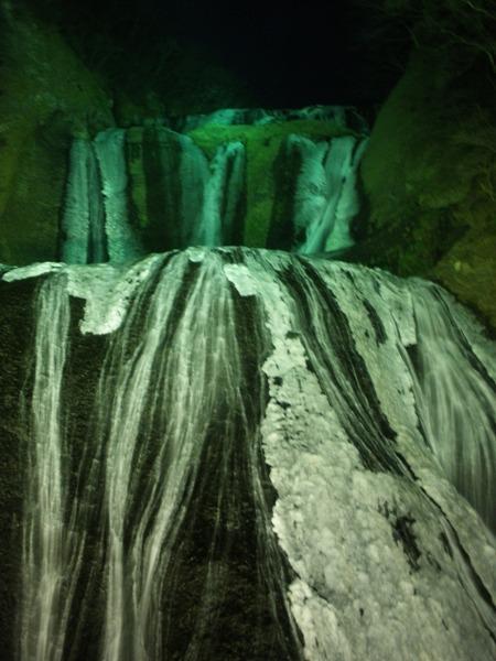 ライトアップされる氷結の袋田の滝