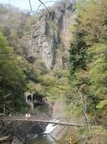 岩壁と滝川