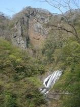 岩壁と袋田の滝