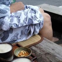 近隣の「おきなや」で楽しめる足湯とビール