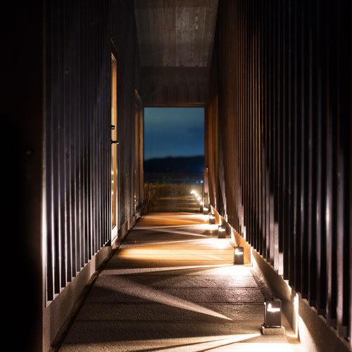 ◆【洋奏ツイン -Yoso-】石造りの細い通路を抜けると、鳴門海峡を望む景色が広がります。