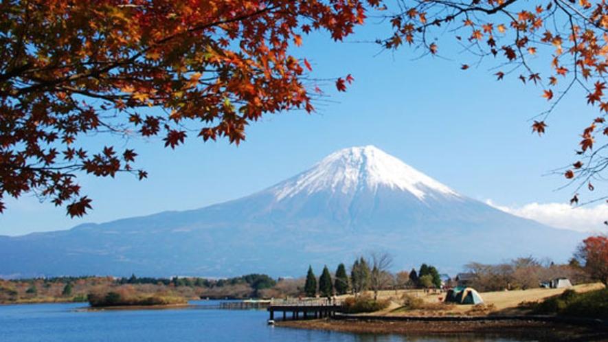紅葉の田貫湖と富士山