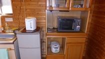 冷蔵庫、炊飯器、電子レンジの他、調理器具、食器類などが備わっています。