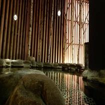 天然温泉「灯の湯」男性大浴場「外気浴 岩風呂」①
