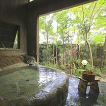 【家族風呂・川せみの湯】豊かな湯をたたえた露天風呂は自然の移ろいを感じさせてくれます