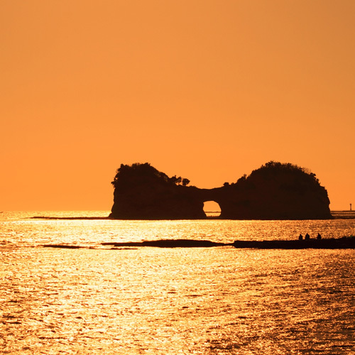夕日に染まる円月島