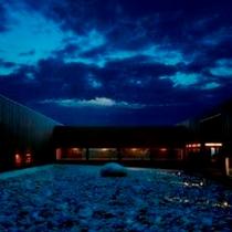 群来外館夜の中庭