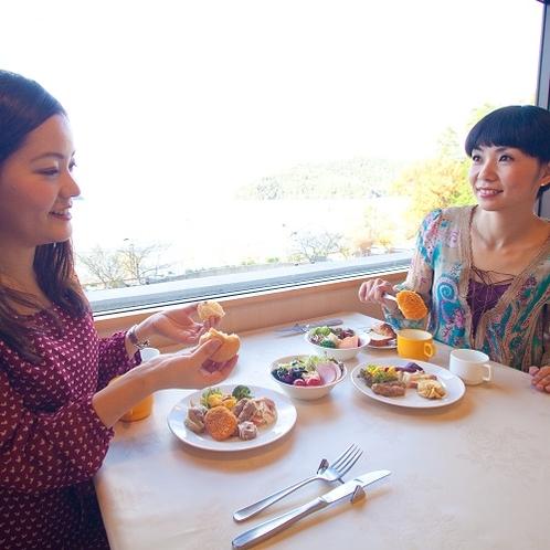 朝の琵琶湖を眺めながら朝食