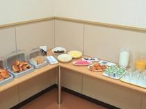 サービスの朝食はセルフスタイル