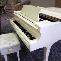 ラウンジの自動演奏ピアノ