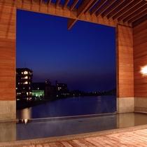 朝夕夜とご利用時間によって湖畔の表情が変わります。
