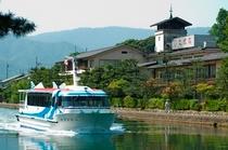 【天橋立運河の傍ら】文珠荘は天橋立と運河のそば。行き交う船をお部屋からお楽しみ頂けます。