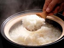【朝食】四季を通じて、土鍋で炊いたご飯をご用意。京丹後の味と一緒に、お楽しみ下さい。