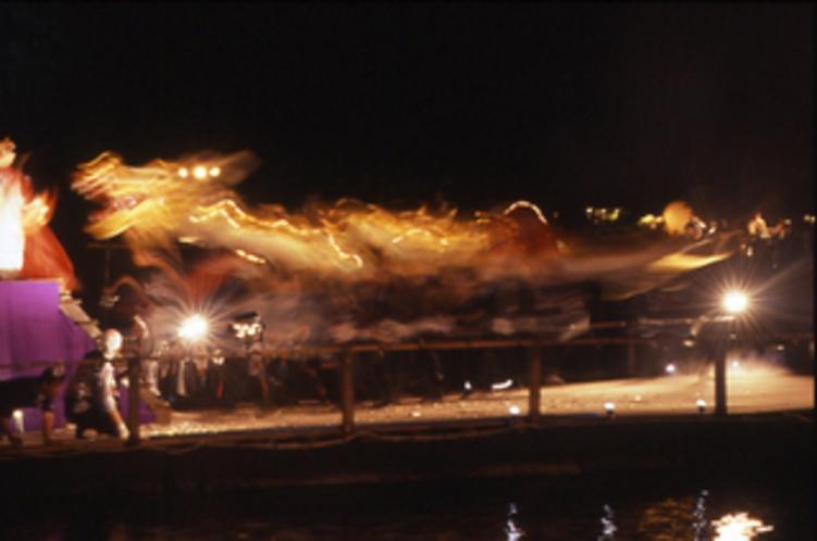【出船祭】7月24日。海上舞台の上で太鼓に合わせて金銀2頭の龍が舞います