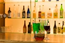 【ラウンジ】バーカウンター。アルコール、ノンアルコールもございます。