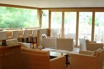 【ラウンジ】ハイチェアー・ローテブル、思い思いに景色を眺めつつ、お楽しみ頂けます。