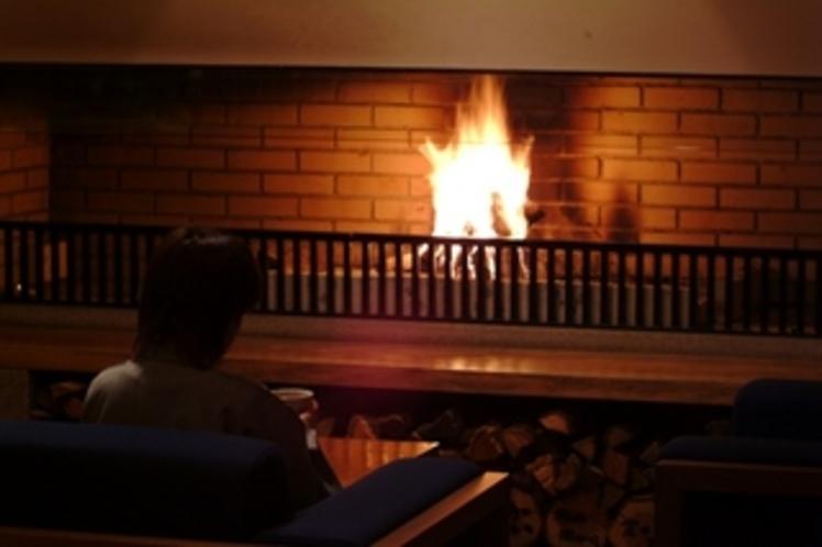 【ラウンジ】冬は暖炉に灯を。炎の温もりに包まれて、時を忘れるひと時をどうぞ