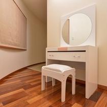 *ジュニアスイート(1401号室)/ゆっくりお支度できるドレッサーを完備。