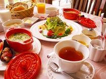 朝食は地元野菜たっぷり、会津地鶏の卵と無添加ソーセージ、『ささき亭』のパンをどうぞ!