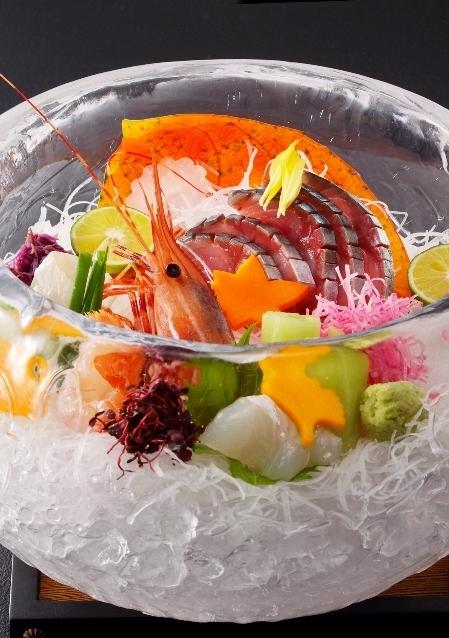 氷鉢に盛り付け 目にも鮮やかな美しいお造り