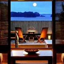 室内より夕暮れの月