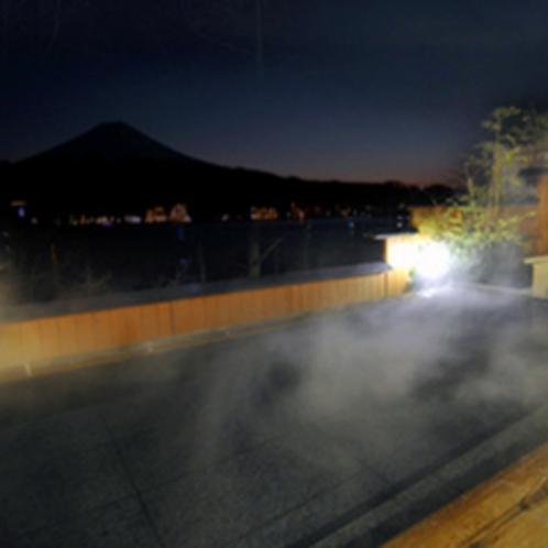 夜の露天風呂 対岸の夜景や星空も楽しみ