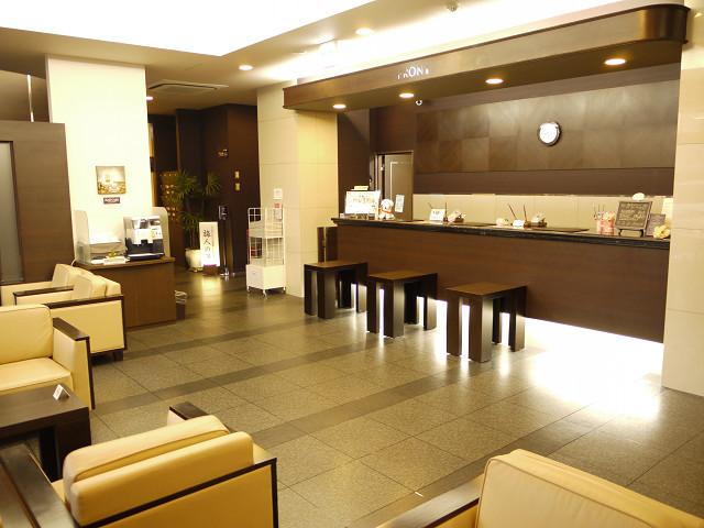 フロント〜高級感のある落ち着いた色調でお客様をお迎え致します。