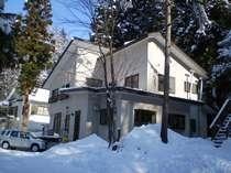 雪の中のラウム山荘
