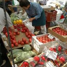 陣屋朝市・宮川朝市には、地元のおばちゃんたちが一生懸命育てた新鮮な野菜がならびます。