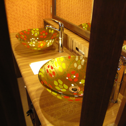 【すずめの湯・女性脱衣室】花柄のかわいらしい洗面ボウルが、いいアクセントになっています。