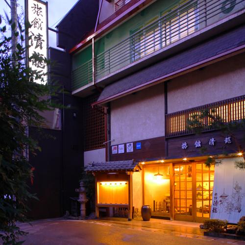 旅館清龍の外観。全5階建ての建物です。