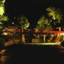 夜の古い町並みを演出する、『中橋』のライトアップは四季ごとにライトアップされます。