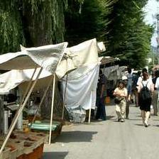 当館から徒歩5分。『宮川朝市』もお勧めです。地元の方とのふれあいも楽しいと思います。