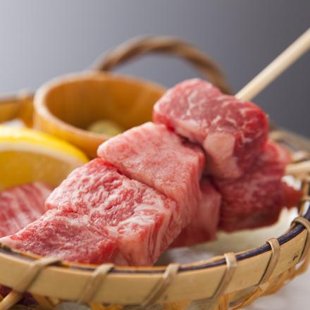 【飛騨牛たっぷり贅沢コース】飛騨牛串は高山の食べ歩きで人気のメニュー。焼きたてはたまらない美味しさ!